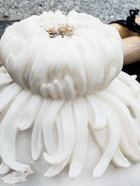 手水鉢にはお寺の名前にちなんだのか、真っ白な菊の彫刻があって、ここからお水が出ています。