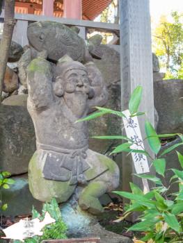 大梵鐘の下にある恵比寿天石像