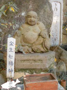 大梵鐘の下にある石造七福神の布袋さま