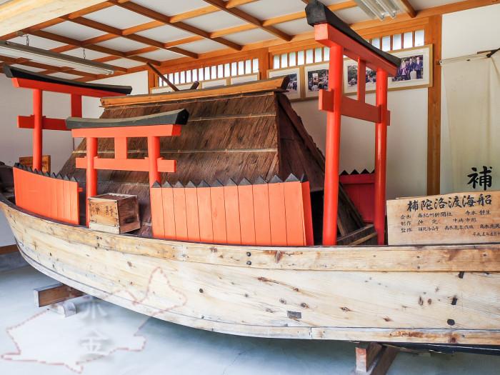 復元された補陀洛渡海船。小屋周辺の四つの鳥居は「発心門」「修行門」「菩薩門」「涅槃門」の死出の四門を表しているとされる