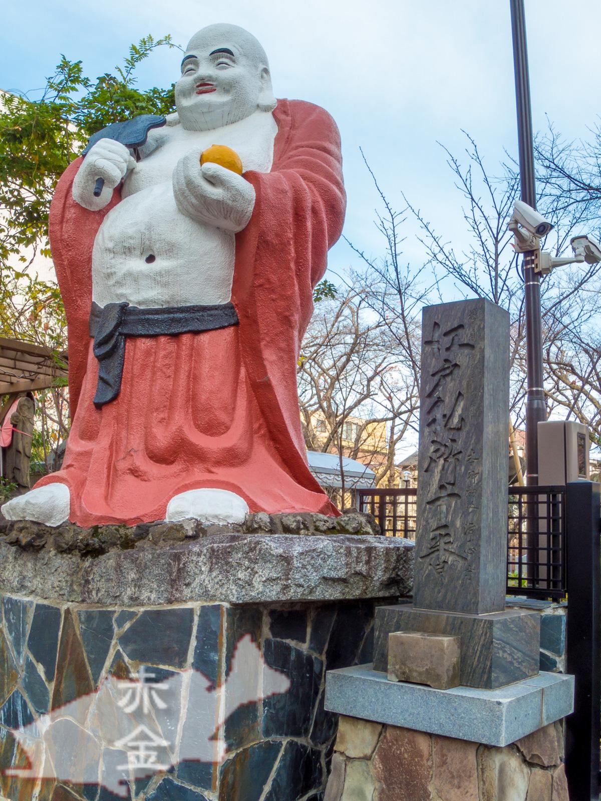 本郷通りに面した大きな布袋像