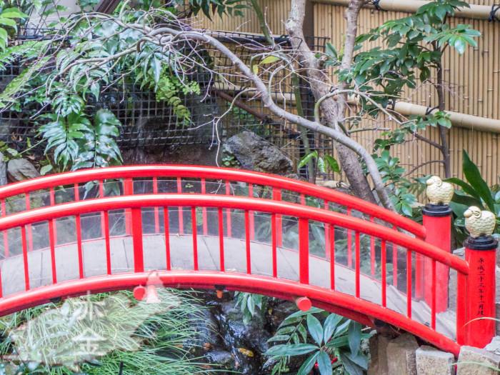 放生池にかかる太鼓橋。擬宝珠には2015年の干支の羊