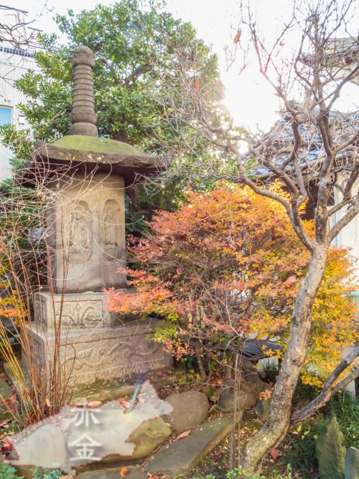 六阿弥陀が彫られた宝篋印塔