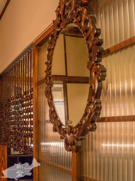 擦りガラス、木枠の鏡、玉のれん