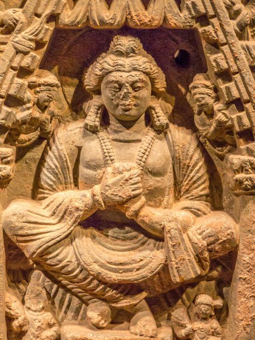 うきぼりぶっぱつくようこうきゃくぼさつぞう 片岩 アフガニスタン 高51.0 幅136 3-4世紀 中央に仏鉢供養図,左右に弥勒菩薩交脚坐像一対を表す。成道後の仏陀が樹下に留まっていた時,二人の商人が麦蜜を奉った。四天王からそれぞれ一つずつ鉢を受け取った仏陀はそれを重ねて一つに合し,二商人よりの麦蜜を受けたという。菩薩像の丸い面貌やずんぐりした体躯,正面性の強い表現から,現アフガニスタン・カーブルの北方,カーピシー地方の制作と考えられる。 国立博物館東洋館