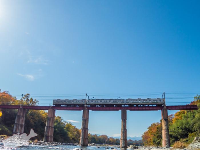 秩父鉄道の普通の列車。SLが通る時間には撮影の人がたくさんいます。