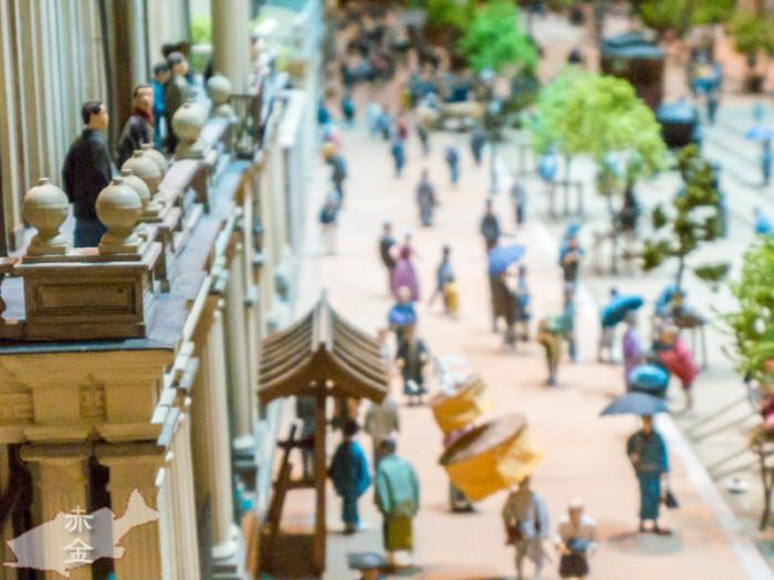 東響日日新聞社屋のバルコニーから小市民を見下ろすマスコミ。現在この場所はニューメルサ