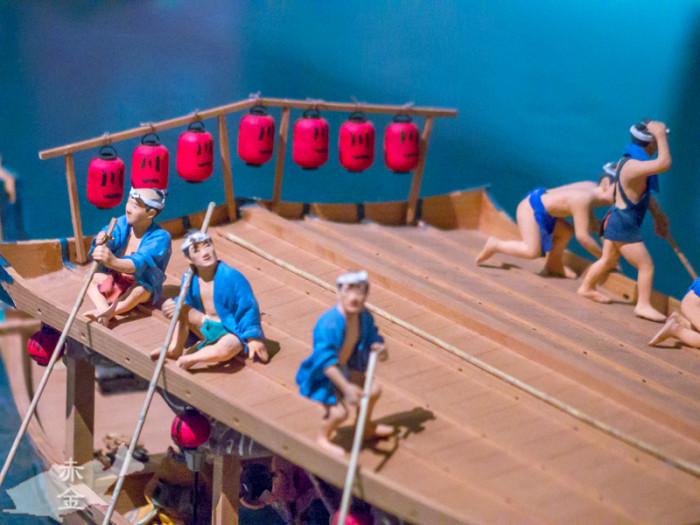 屋形船って二階から長い竿でこいでいたんですね。漕ぎ手もしばし花火に見とれる