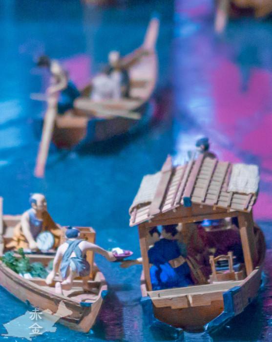 屋形船に料理を売る船。