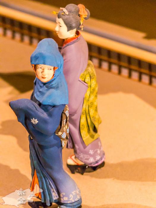 着物の裾のグラデーション、帯の文様、髪飾りまで細かいです。
