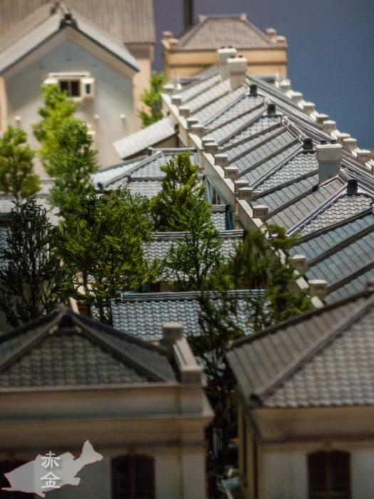 右側の長屋の屋根のパッチワークっぽいのがやっぱり謎