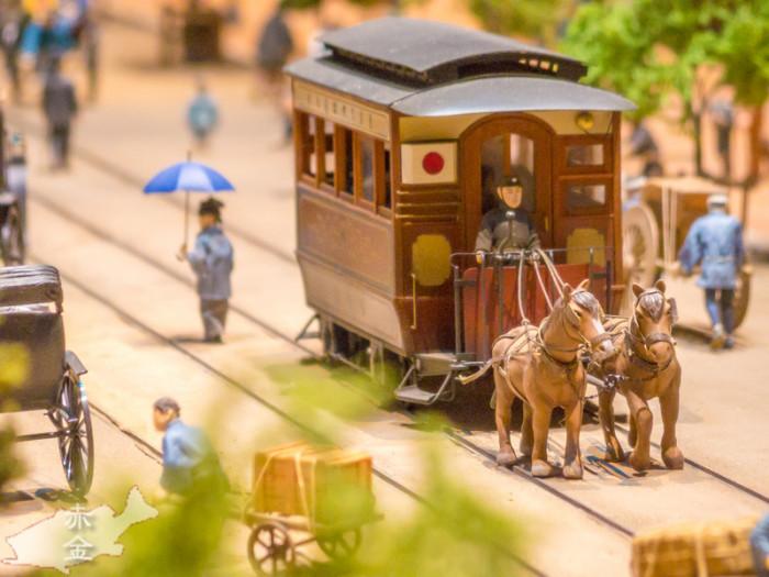 鉄道馬車。でも線路の上を普通に人が歩いている