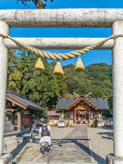 神明鳥居から総ヒノキ造りの社殿をのぞむ