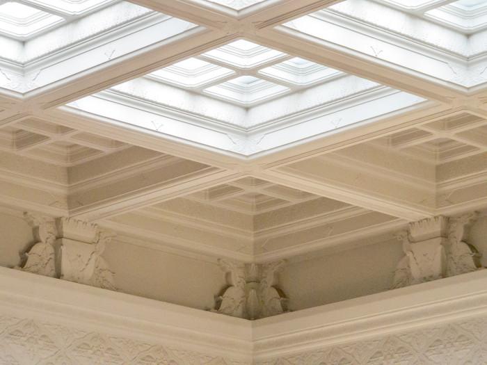 天井の一部が明り取りのガラスになっています