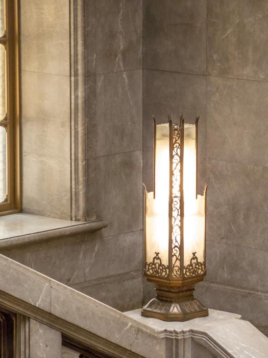 大理石の階段手すりに置いてあるライト
