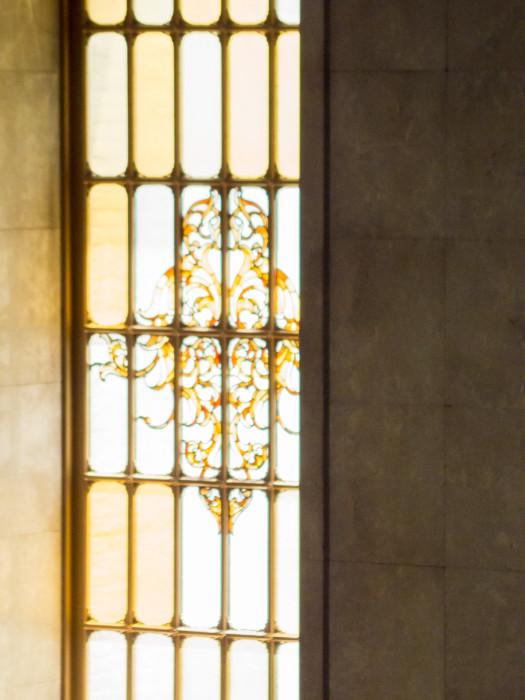 階段おとり場の明り取りの窓