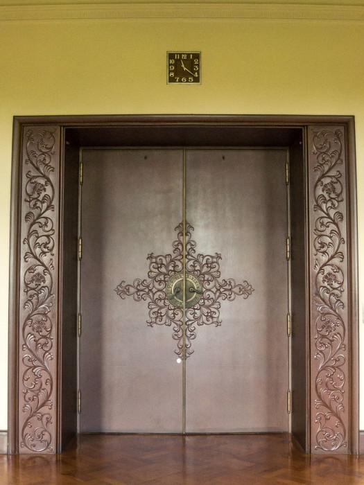 エレベーター?ドアも支柱も凝ってます。
