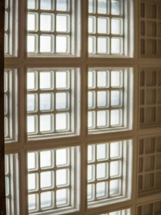 窓の格子も凝ってますね。少しミルキーな白が高級っぽい