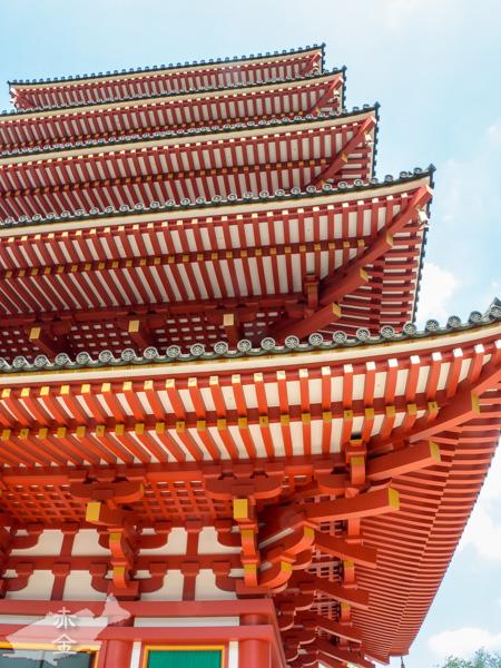 五重塔。昭和55年の建造。他の建物とは違うきらびやかな作りでひときわ目をひく