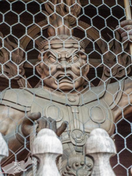 仁王門の広目天像。広目天は筆と巻物を持つのが有名だが、時代が下ると持物が変化していく。このお像も戟と羂索を持っている