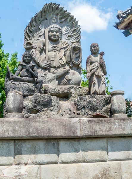 境内に建てられている不動明王坐像。童子のポーズが面白い。電線が消しきれませんでした。
