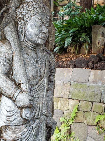 独鈷の滝に立つ石像不動明王