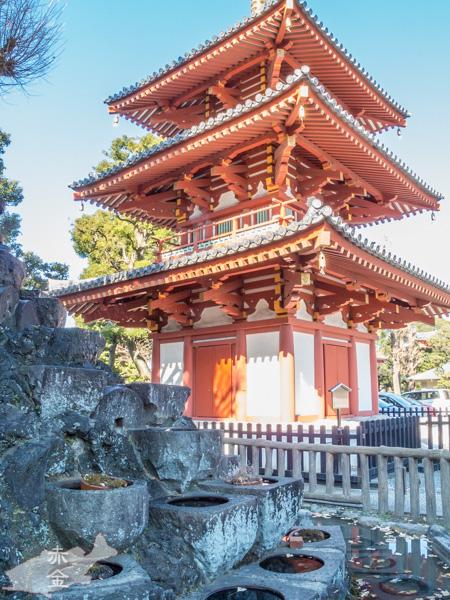 三重の塔、戦災で焼失たものを平成になって再建。丹塗りの柱が印象的な飛鳥様式で内部には胎蔵界⁵五仏が奉納されている