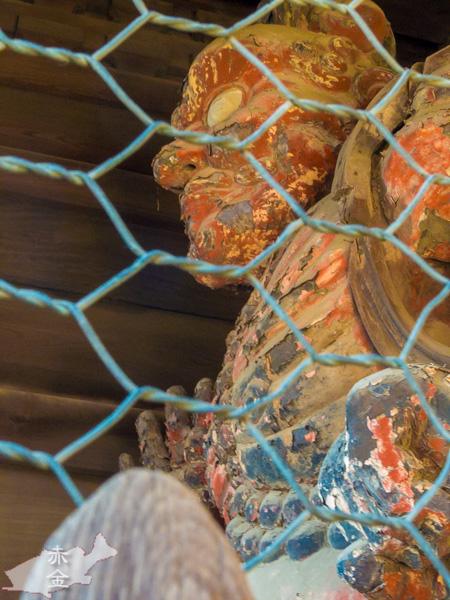 山門の金剛力士像。彩色がかなり残っています。
