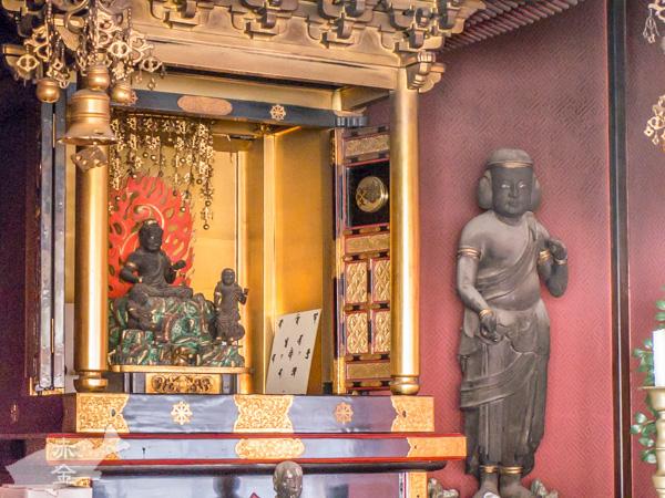 札所本尊の不動明王坐像。岩の台座が大きい