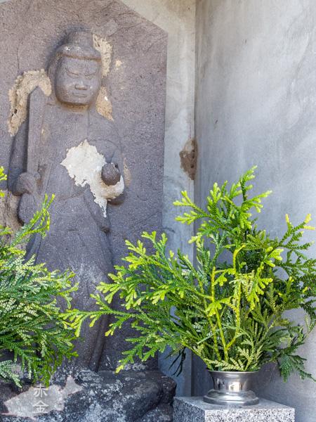 年月を感じさせるお不動様の石像