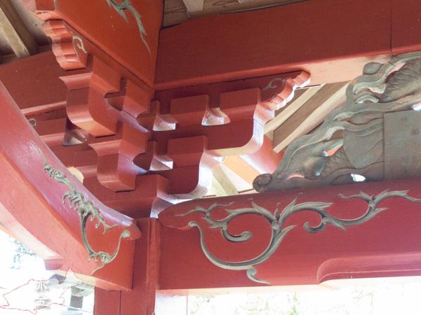 朱塗りの上から唐草の彫刻