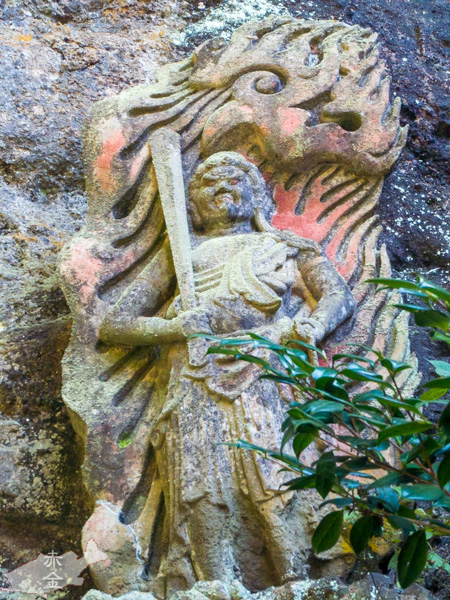 岩に穿たれた不動明王像