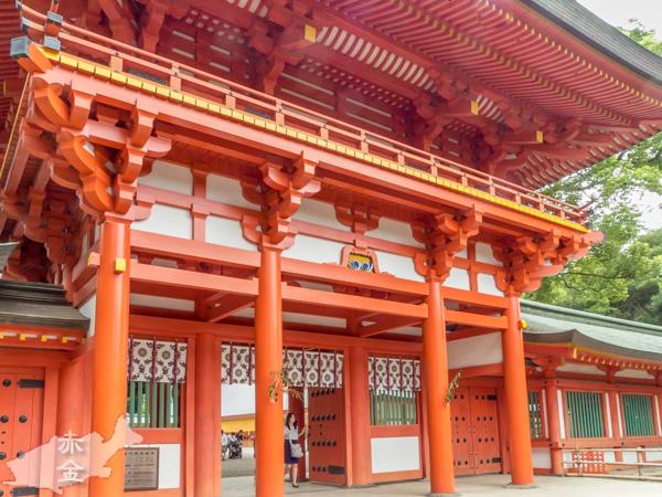 朱塗りも鮮やかな楼門