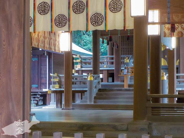 拝殿から本殿をのぞむ。静謐な雰囲気