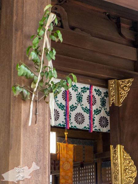 拝殿の柱にはさかき