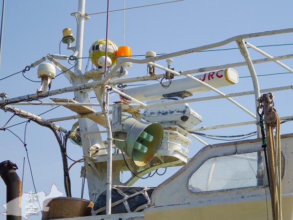 漁港に停泊中の漁船。イカ釣り?