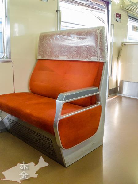 レトロな座席。でもほとんどの車両はロングシート