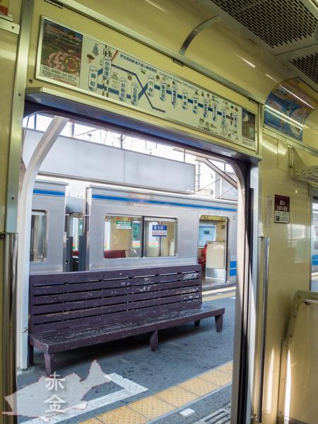 大雄山線車内から小田原駅のホームを見る。木製ベンチがレトロです