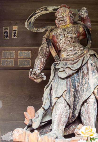 山門の仁王像、阿型。足元に薔薇?
