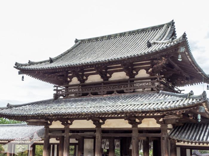 飛鳥時代。深く覆いかぶさった軒、その下の組物や勾欄、それを支えるエンタシスの柱、いずれも飛鳥建築の粋を集めたものです。重厚な扉と左右に立つ金剛力士像(奈良時代)は、日本に残っている最古のものです。