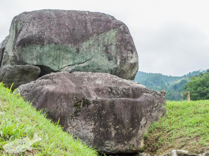 石の色をオーバーに現像してみました。意図は不明