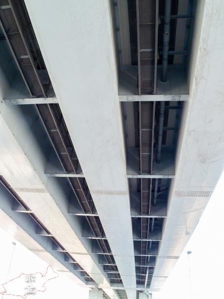 新大橋通りが荒川を渡る新船堀橋。交差する首都高を下から撮ってみました。
