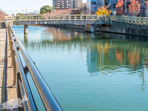 櫓橋(やぐらはし)。新川の最西端にある人道橋