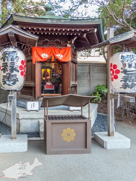七福神の福禄寿は、本堂に向かって左手の六角堂にまつられています