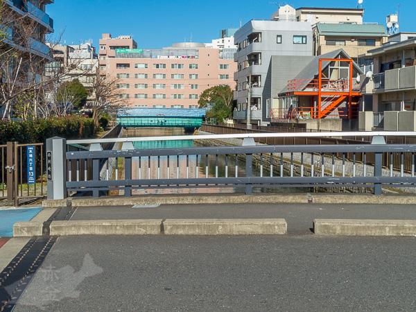 西洲崎橋から上流方向を見る。先に見える弁天橋の先が大横川本流