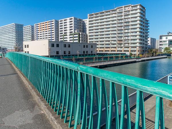 新砂橋から江東区塩浜を見る、団地とJRの車庫