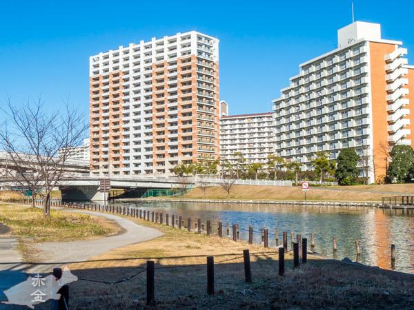 都営小松川アパートや民間の大規模マンションが並ぶ、後ろの高架は首都高7号小松川線
