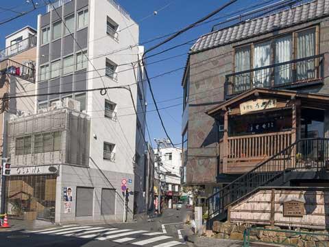 三崎坂通りからよみせ通りに入るところ。